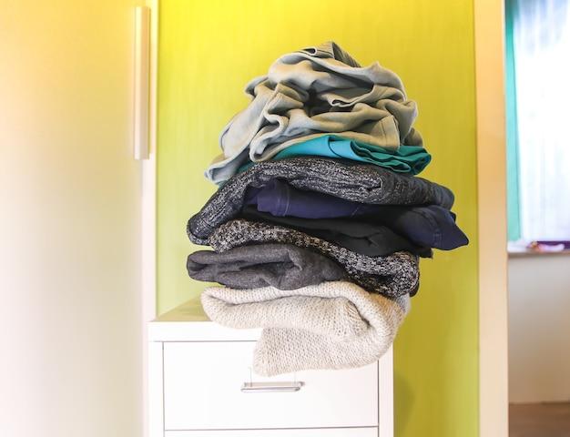 Garde-robe à la maison avec différents vêtements en désordre. petite organisation de l'espace.