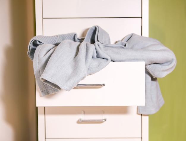 Garde-robe à la maison avec différents vêtements en désordre