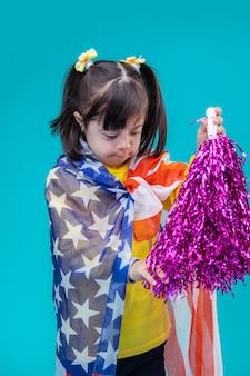 Garder l'équipement des pom-pom girls. adorable jeune femme s'intéressant au pompon en aluminium violet tout en le touchant avec sa main