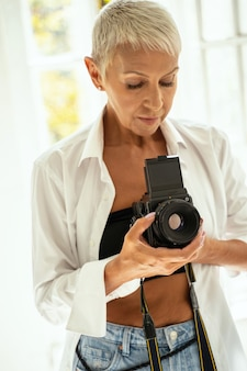 Garder la forme. photographe professionnel debout au premier plan tout en préparant son équipement pour la prise de vue