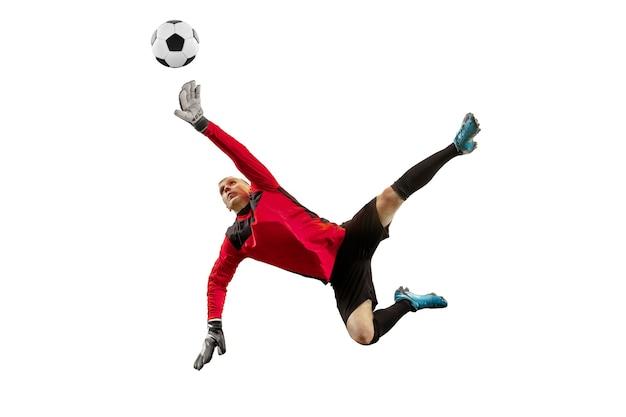 Gardien de but de joueur de football masculin attraper la balle en saut. silhouette d'homme en forme avec ballon isolé sur fond de studio blanc