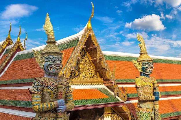 Gardien démon au wat phra kaew. temple du bouddha d'émeraude à bangkok