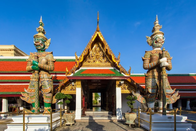 Gardien de démon à wat phra kaew, grand palais à bangkok, thaïlande