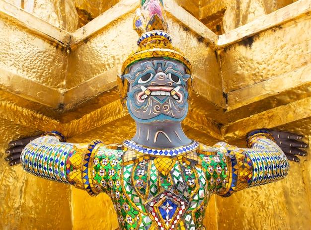 Gardien de géants sous la pagode d'or au wat pra kaew à bangkok thaïlande