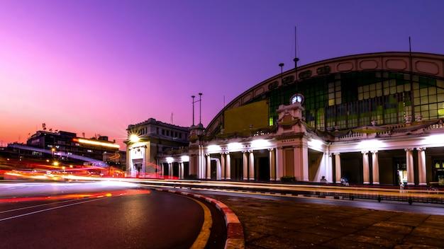 La gare de bangkok (hua lamphong railway station, mrt) au coucher du soleil bangkok, thaïlande