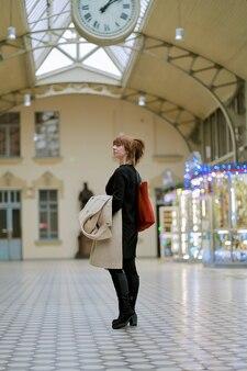 Gare. belle fille attend le train. femme, voyages, lumière