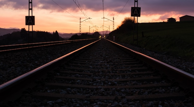 Gare contre le beau ciel au coucher du soleil. paysage industriel avec chemin de fer