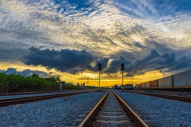 Gare contre le beau ciel au coucher du soleil.