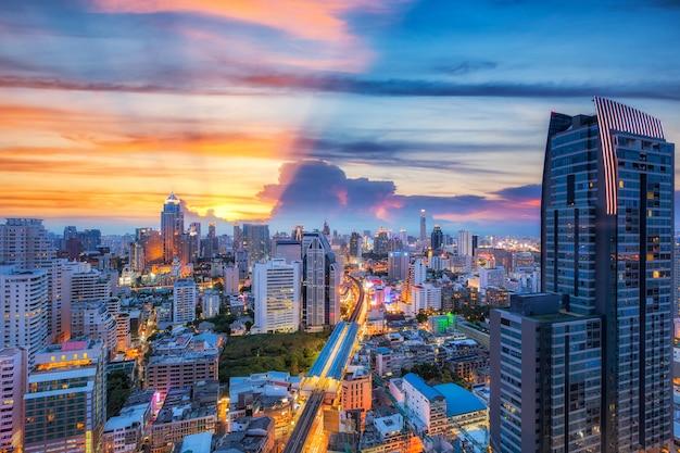Gare avec coucher de soleil dans la ville de bangkok