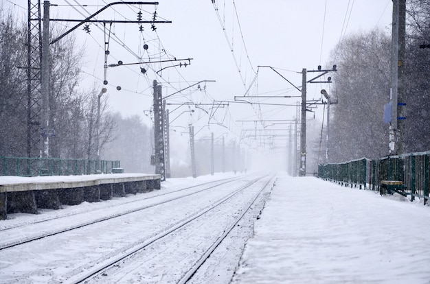 Gare dans la tempête de neige d'hiver
