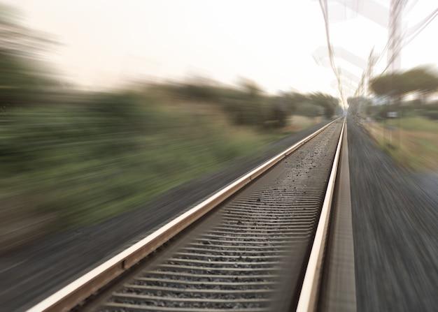 Gare avec effet de flou de mouvement. fond de concept industriel. transport. voyage ferroviaire, tourisme ferroviaire.