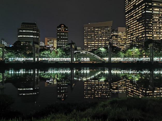 La gare de morumbi sur la rivière pinheiros la nuit