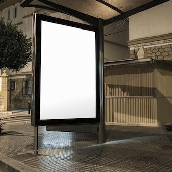 Gare routière avec bannière vierge éclairée dans une rue