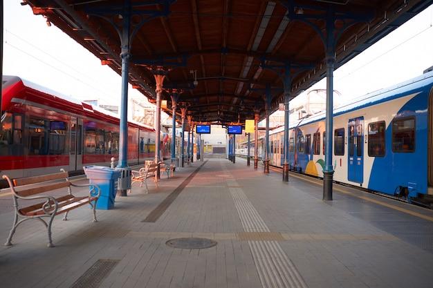 Gare avec trains au coucher du soleil ou au lever du soleil