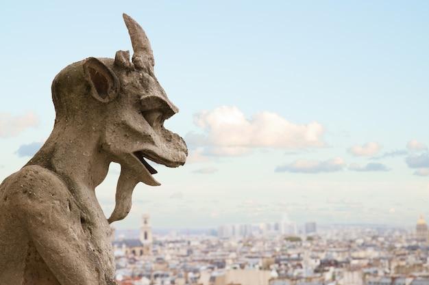 Gargouille close up sur l'église cathédrale notre-dame de paris, france