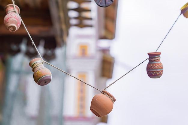 Garland mde de minuscules pots en argile. décoration intérieure ou extérieure rustique.