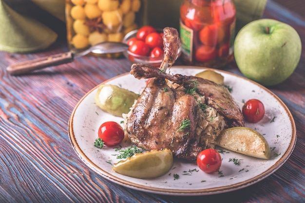 Garnir les cuisses de canard au four. délicieuses cuisses de canard rôties choucroute et tomates.