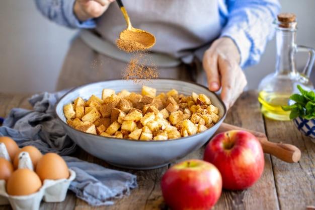 Garniture aux pommes avec cannelle et raisins secs pour strudel.