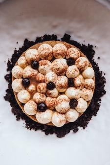 Garniture de biscuits à la crème fine avec crème, cacao en poudre et chocolat