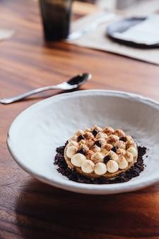 Garniture de biscuits à la crème fine avec crème, cacao en poudre et crumbles au chocolat