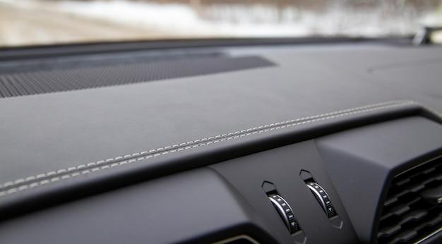 Garniture blanche sur l'intérieur en cuir noir d'une voiture moderne haut de gamme mise au point sélective