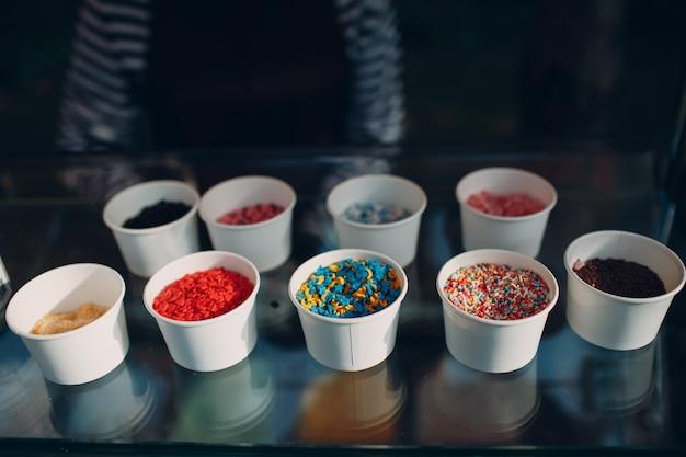 Garniture de différents goûts pour le yogourt glacé ou la crème glacée.