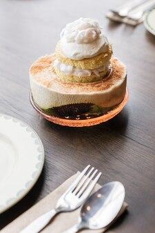 Garniture de gâteau à la crème glacée à la noix de coco avec de la viande de noix de coco qui sert dans la moitié de noix de coco coupée. dessert fusion thaï.