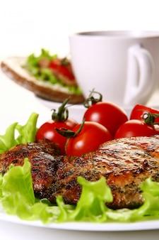 Garniture repas avec filet et légumes et café