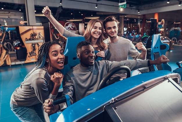 Gars afro-américain dans la voiture d'arcade.