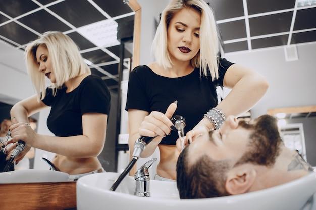 Gars dans le salon de coiffure