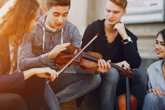 Les gars avec du violon