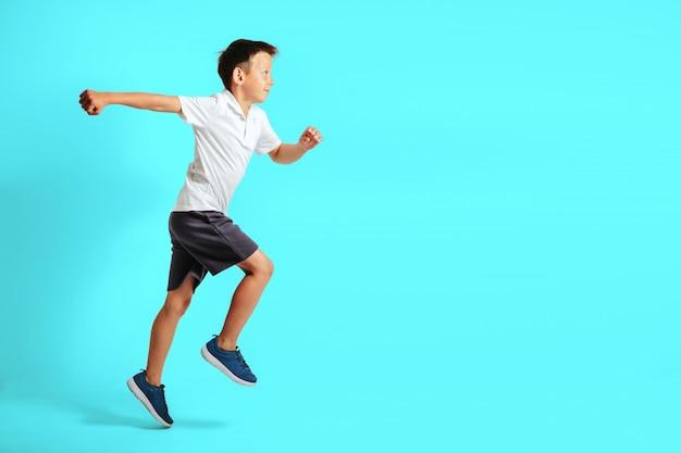 Le gars est au début pour courir