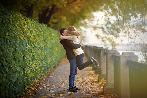 Le gars avec la fille câlin dans le parc.