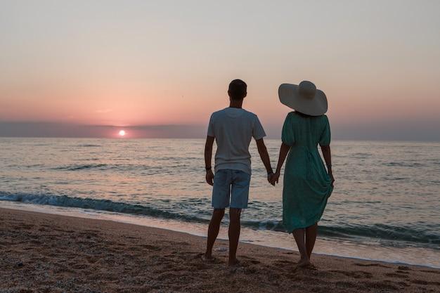 Un gars et une fille sur la mer. couple amoureux dans l'eau. les gens sur la plage