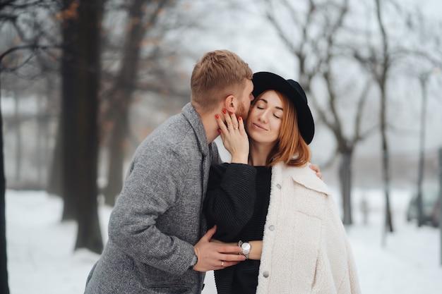 Le gars et la fille se reposent dans la forêt en hiver.