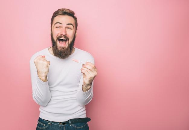 Un gars heureux crie
