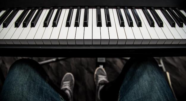 Le gars jouant du gros plan du clavier