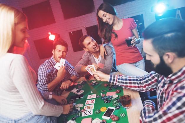 Les gars montrent leurs cartes et regardent qui a gagné.