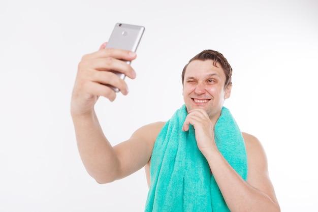Le gars prend un selfie après les procédures du matin.