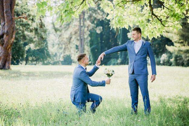 Le gars présente un bouquet