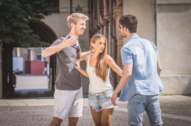 Les gars se battent pour une fille