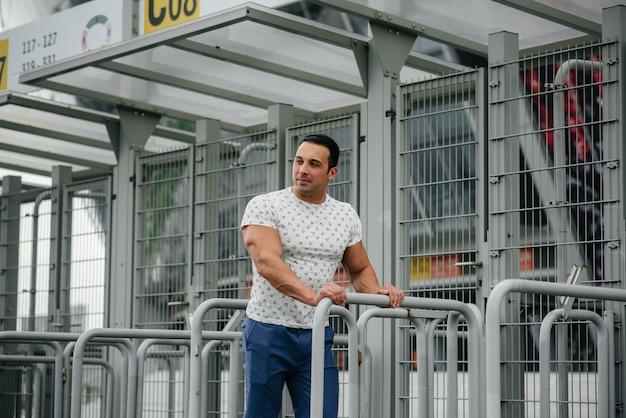 Un gars sportif se lève et profite d'une promenade près du stade. mode de vie