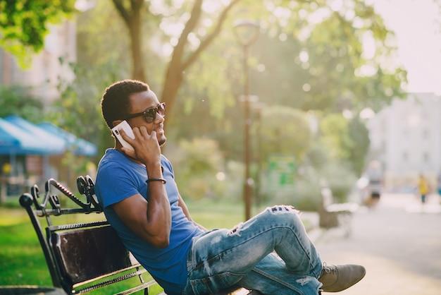 Le gars avec le téléphone