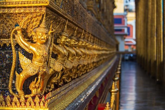 Garuda doré se tenant autour de la pagode de la pagode dorée à wat phra kaew