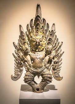 Garuda grabbed naga (accessoire de véhicule royal), sculpture