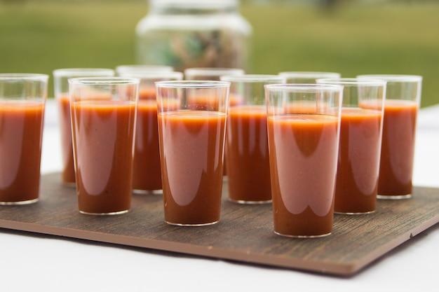 Gaspacho espagnol servi dans de petits verres