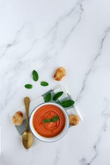 Gaspacho espagnol typique fait maison. soupe à la tomate