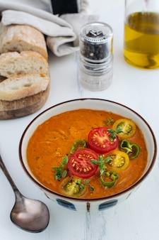 Gaspacho de soupe à la tomate espagnole traditionnelle dans un bol