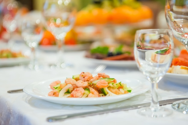 Gaspillage de nourriture sur la table de fête après le dîner