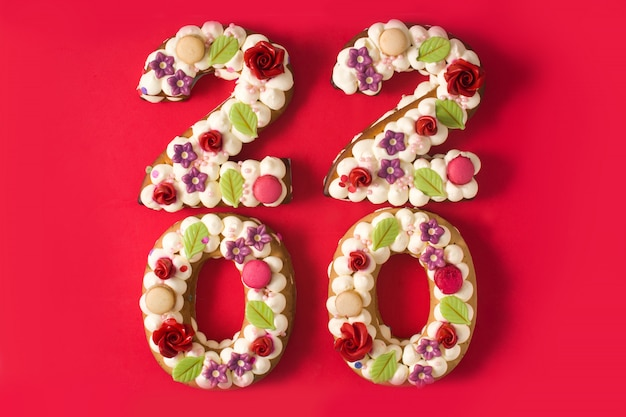 Gâteau 2020 et isolé sur fond rouge. concept de nouvel an.